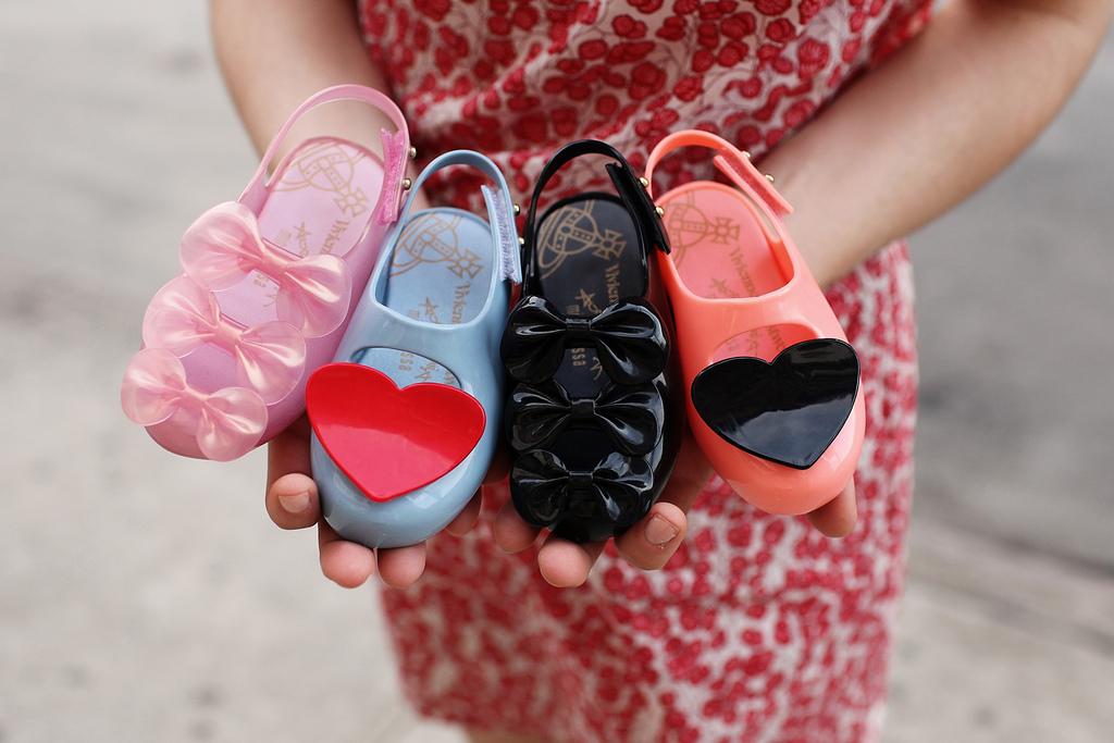 Это самая подходящая и универсальная детская летняя обувь. Можно сказать must-have жаркого сезона. Однако помимо сандалий малышу необходимы и другие виды
